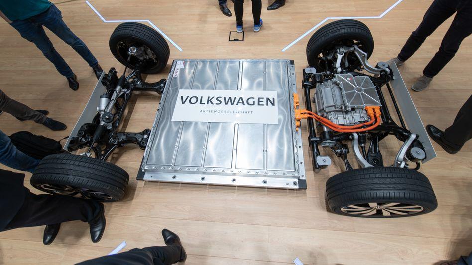 Plattform eines Elektrofahrzeugs mit Batterie: Setzt Volkswagen seine Pläne zur Batteriezellen-Produktion wie geplant um, könnte der Konzern Hochrechnungen zufolge ab 2030 jährlich vier Millionen reinelektrische Autos mit Batterien ausstatten