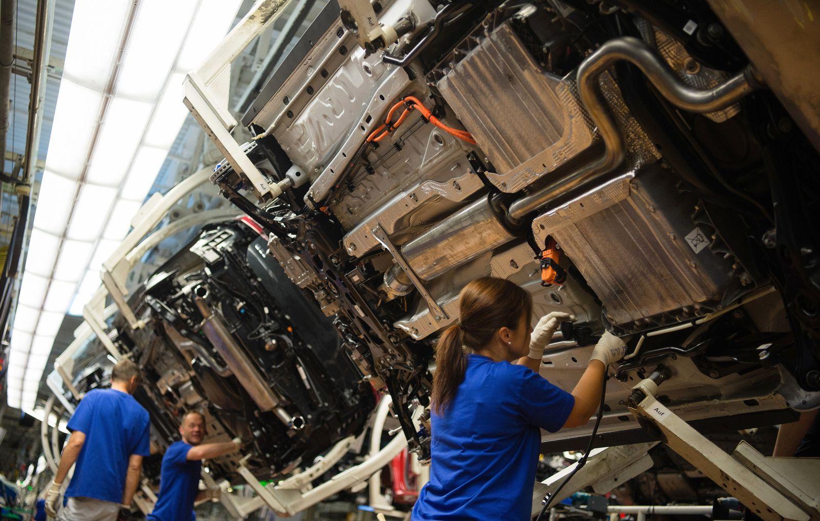 Produktion des Hybrid-Golf / Mitarbeiterin / arbeiterin