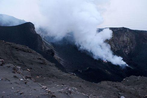 Es raucht und qualmt: Der Vulkan lehrt Demut vor der Macht der Natur