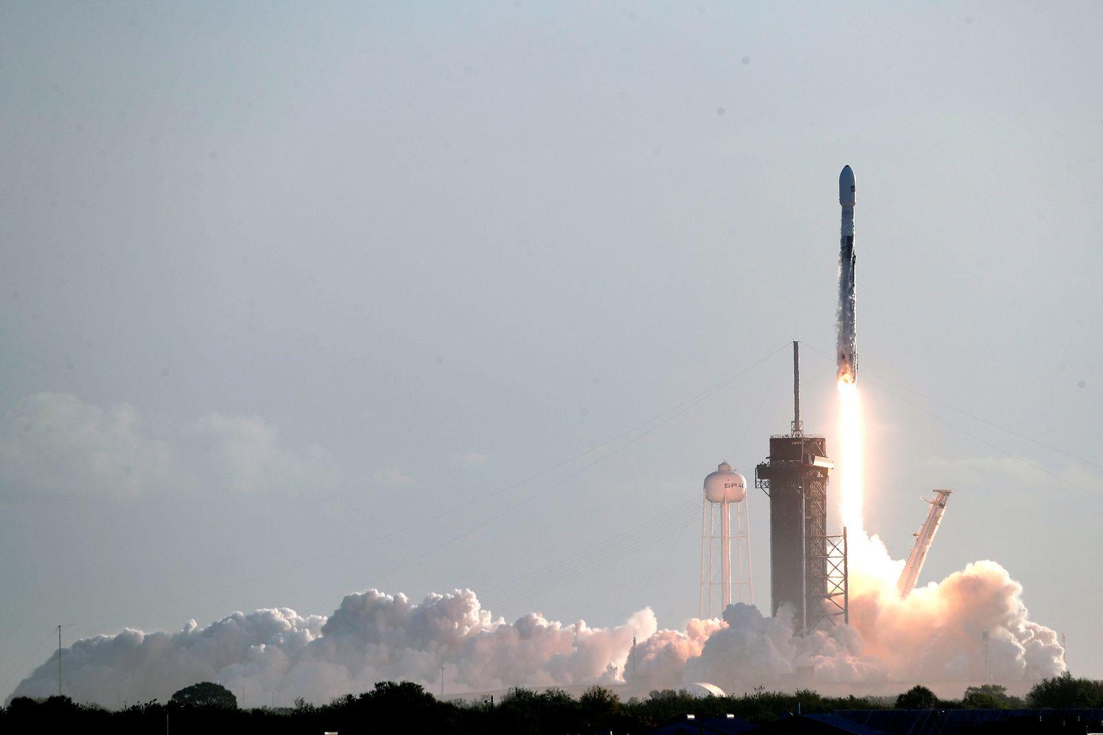 60 Satelliten für das Starlinksystem auf dem Weg ins All