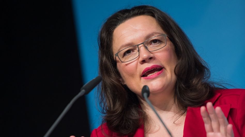 Mindestlohn-Initiative: Bundesarbeitsministerin Andrea Nahles will künftig 1600 zusätzliche Mindestlohn-Kontrolleure einstellen. Für ihre Tätigkeit sollen sie auch im Gebrauch mit der Schusswaffe ausgebildet werden