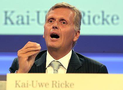 Kai-Uwe Ricke: Vor wenigen Tagen schien er kurz vor dem Sturz zu stehen. Nun wurden seine Kompetenzen erweitert