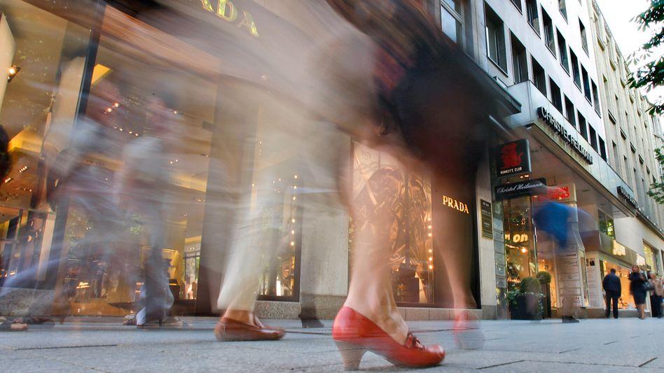 Einkaufen auf der Königsallee in Düsseldorf: Geldvermögen der Bundesbürger erreicht Rekordniveau