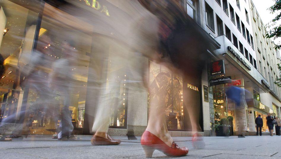 Königsallee in Düsseldorf: Auf der Kö brummt das Geschäft - doch deutschlandweit ist die Verunsicherung der Verbraucher gestiegen