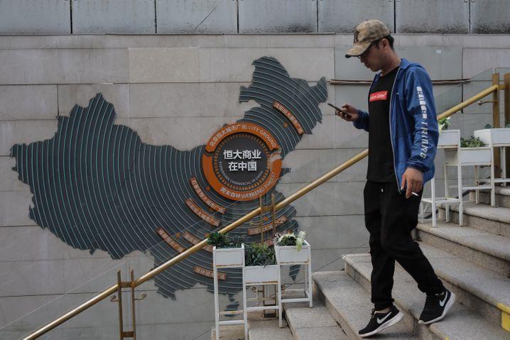 Schockwellen: Höchst symbolisch geht ein Passant an einer Evergrande-Werbung in Beijing vorbei