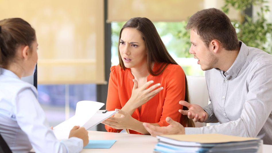 In Zeiten der Corona-Krise mit verordnetem Homeoffice kann es zwischen Paaren und in Familien schon gehörig krachen. Nicht selten stehen sie später vor einem Scheidungsanwalt. Das lässt sich verhindern.