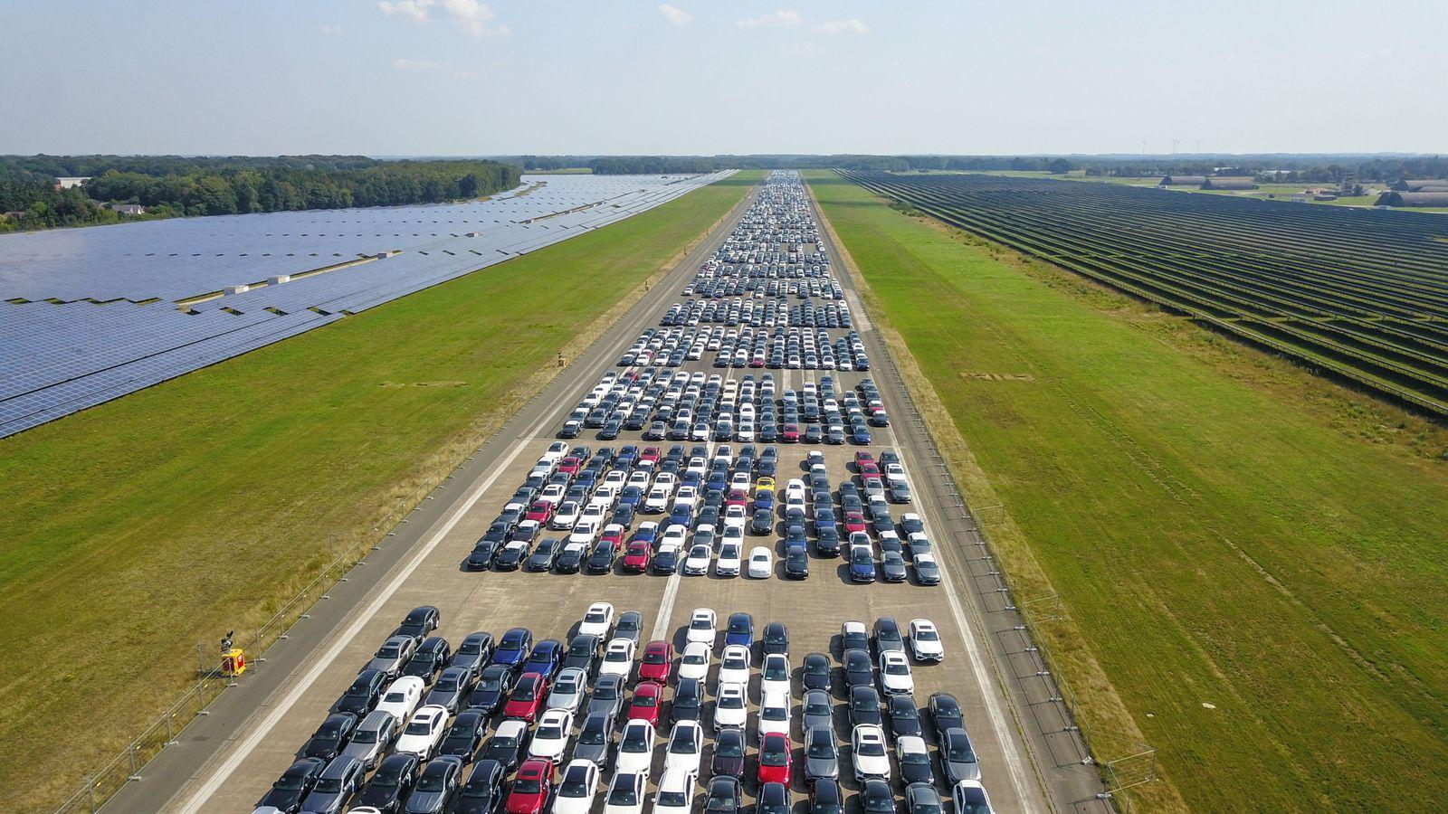 EINMALIGE VERWENDUNG Fliegerhorst Ahlhorn / Mercedes Autos auf Halde