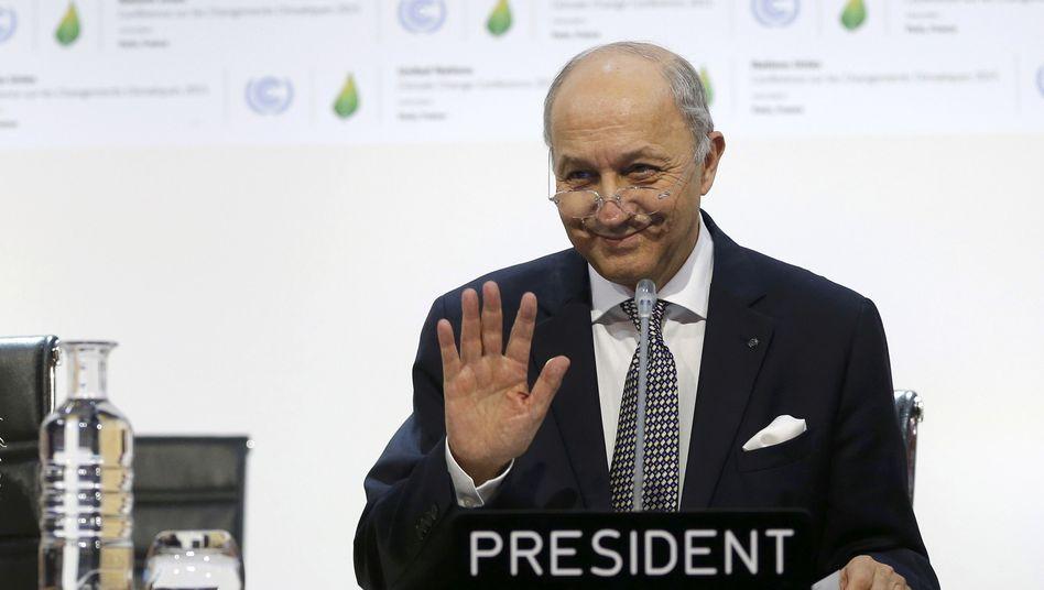 Sagt noch nicht au revoir: Laurent Fabius, Frankreichs Außenminister und Präsident der UN-Klimakonferenz hat bei der Konferenz in Paris einen neuen Vertragsentwurf vorgelegt. Jetzt wird weiterverhandelt - vorerst bis Samstag
