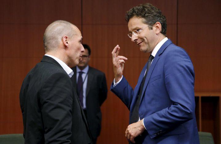 """Ziemlich beste Feinde: Eurogruppen-Chef Jeroen Dijsselbloem (rechts) ist zunehmend genervt von den Äußerungen seines griechischen Amtskollegen Varoufakis (links). Dessen jüngstes Gerede über eine mögliche Übereinkunft sei """"komplett falsch"""", so Dijsselbloem"""
