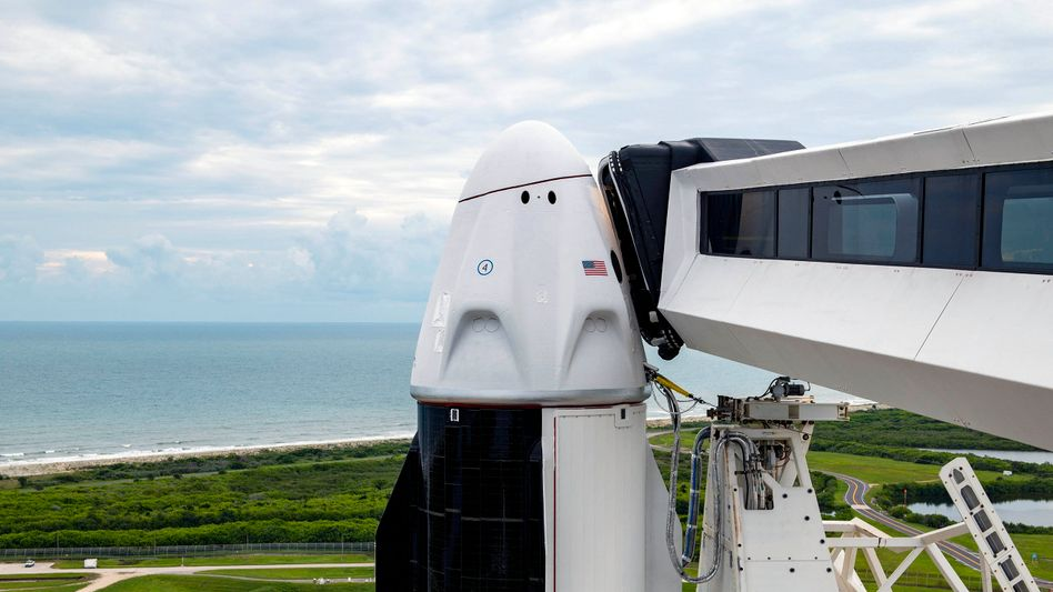 """Hat nun ein Panorama-Fenster statt ISS-Andockmechanismus: Mit dieser """"Dragon""""-Kapsel von Space X an der Spitze einer Falcon-9-Trägerrakete starten vier Laien mit einem gecharterten Raumschiff ins Weltall"""