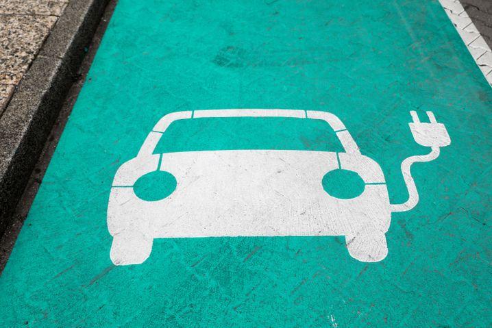 Piktogramm auf einem Parkplatz mit Ladesäule für Elektroautos