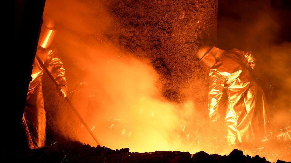 Heiße Sache: Stahlarbeiter an Hochofen der Salzgitter AG