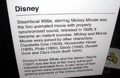 """Exponate und Hintergründe: Tafel mit Erklärungen zu Walt-Disney-Figuren im Londoner """"Museum of Brands"""""""