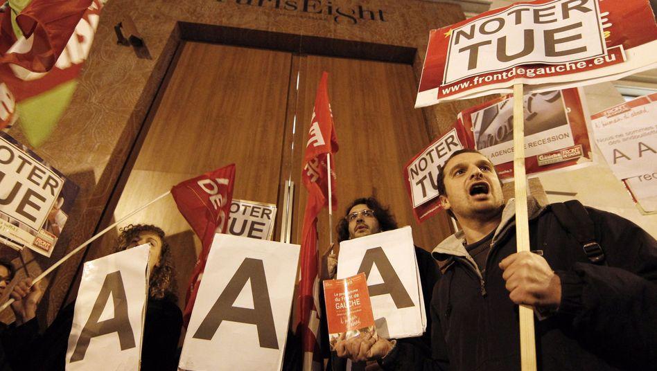 Protest: In Paris protestierten Bürger gegen die Herabstufung durch S&P.