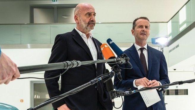 Scheinvereint: Betriebsratsboss Bernd Osterloh (l.) und Konzernchef Herbert Diess wollen das Beste für VW. Doch jeder auf andere Weise.