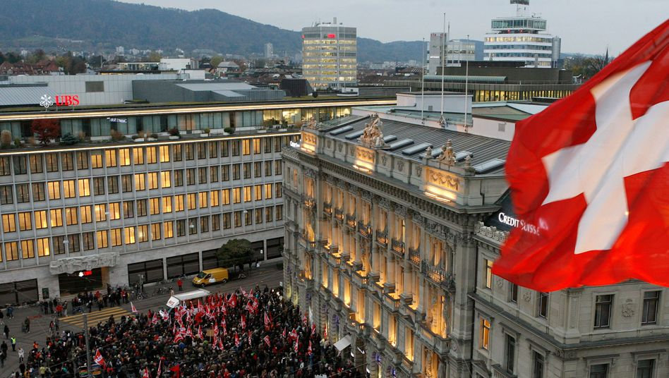 Paradeplatz in Zürich: UBS könnte sich eine Verdoppelung der Dividende leisten - doch Steuer- und Rechtstreitigkeiten bleiben ein Thema