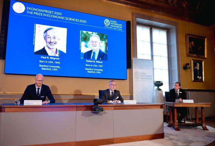 Ein Bild von einem Ökonomen-Duo: Paul Milgrom (l.) und Robert Wilson (r.), ausgezeichnet von den Mitgliedern des Nobelpreis-Komitees.