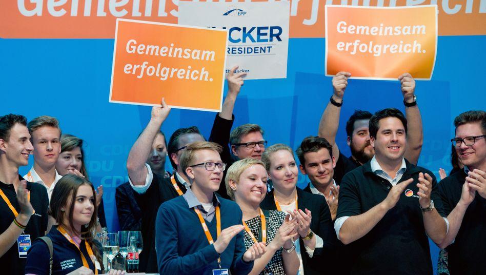 Junge CDU-Anhänger applaudieren in der Parteizentrale in Berlin nach den Hochrechnungen zur Europawahl.