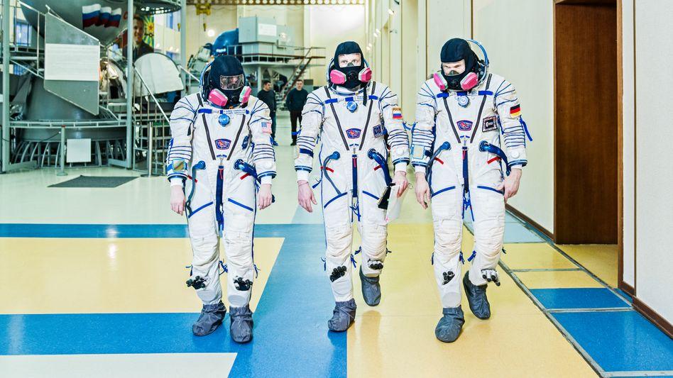 Die drei Astronauten Serena Maria Auñón-Chancellor (USA), Sergei Prokopjew (Russland) und Alexander Gerst (Deutschland) brechen gemeinsam zur Internationalen Raumstation ISS auf.