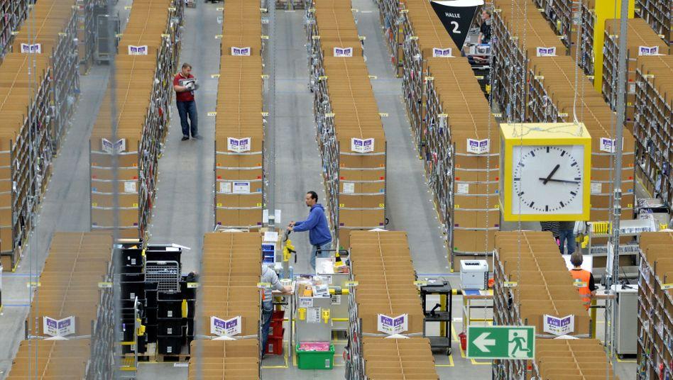 Logistische Herausforderung: Wie hier in Leipzig stellen tausende Mitarbeiter Online-Bestellungen zusammen. In Deutschland betreibt Amazon an acht Standorten neun Versandzentren.