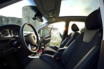 Mercedes-Benz B-Klasse: Gut verarbeiteter Innenraum, Instrumente hervorragend ablesbar - und von Ablageboxen unter den Vordersitzen, über die Gepäcknetze an den Vordersitzlehnen, bis hin zum automatisch abblendenden Innenspiegel alles gegen Aufpreis erhältlich.