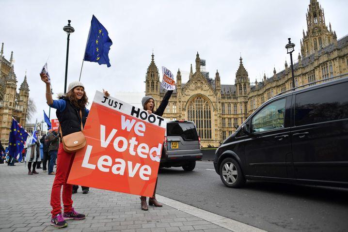 Pro-Brexit-Demo vor dem Parlament in London: Selbst wenn Theresa May den verhandelten Austrittsvertrag durch das Parlament bekommen sollte, bleiben die Menschen in Großbritannien über diese entscheidende Frage zerstritten