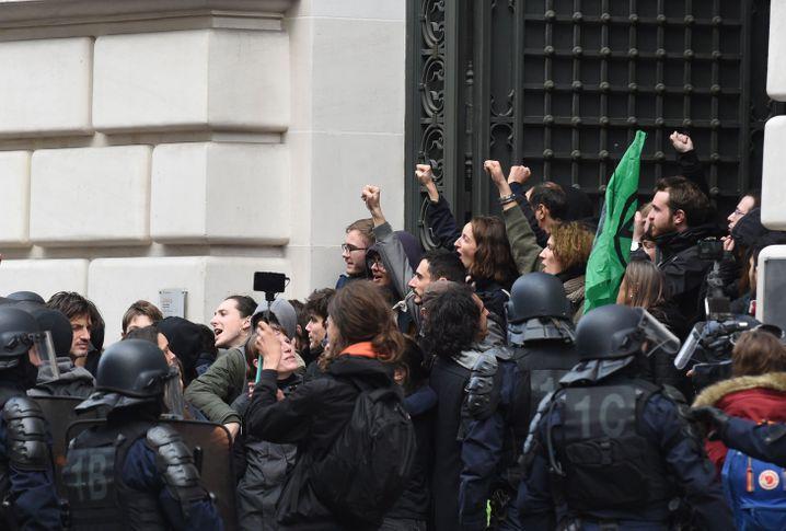 Demo vor Pariser Blackrock-Gebäude