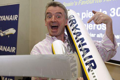 Sag es laut: Michael O'Leary lenkt die Geschicke von Ryanair - und fällt nicht gerade durch Zurückhaltung auf. Seiner irischen Fluglinie billigen die Iren zu, in der Regel günstig zu sein. Doch sie fürchten die Übernahme von Konkurrent Aer Lingus, weil Ryanair dann den heimischen Markt dominiere.