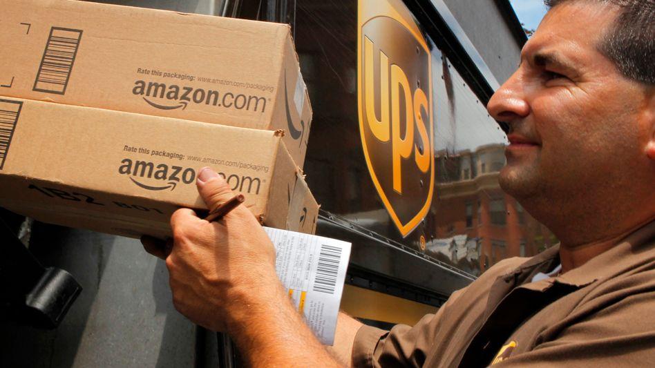 Lieferant mit Amazon-Paketen: Noch macht der E-Commerce nur ein Zehntel des Einzelhandelsumsatzes aus