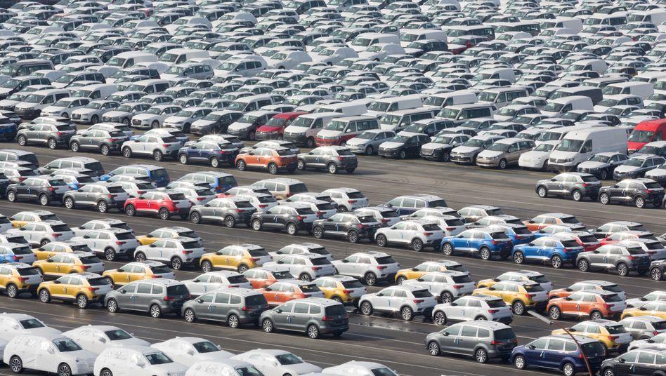Verschiffung von Autos für den Export: Doch der Absatz der Autobauer in Europa ist im März durch die Folgen der Corona-Krise drastisch eingebrochen - in Italien gar um 85 Prozent