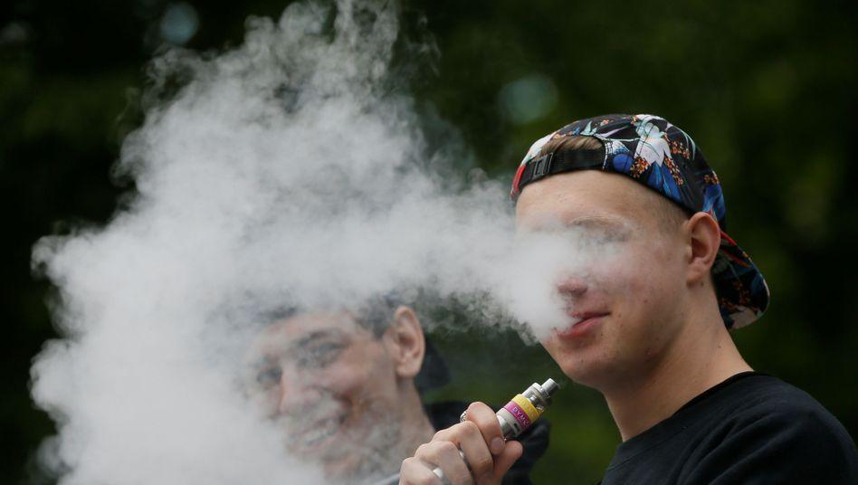 Junge E-Zigarettenraucher