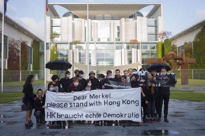 Demonstration vor dem Kanzleramt: Angela Merkel ist die erste westliche Regierungschefin, die nach den Ausschreitungen in Hongkong China besucht