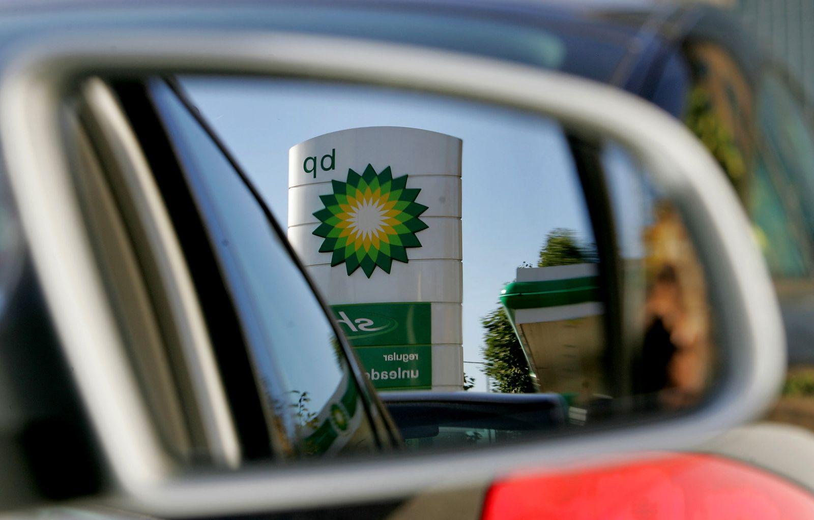 BP / Tankstelle / Rückspiegel / Auto