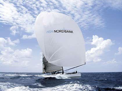 """Die """"HSH Nordbank"""" hieß ehemals """"Morning Glory"""". Der 24,25 Meter lange Maxiracer von Ex-SAP-Chef Hasso Plattner wurde von ihrem Charterer, der HSH Nordbank, umbenannt."""