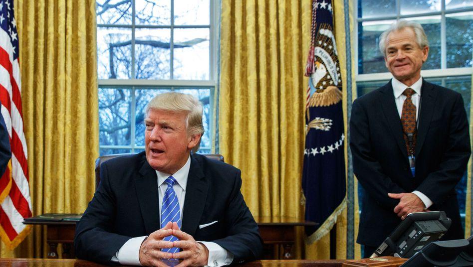 Krönung eines Comebacks: US-Präsident Trump mit Berater Navarro (r.)