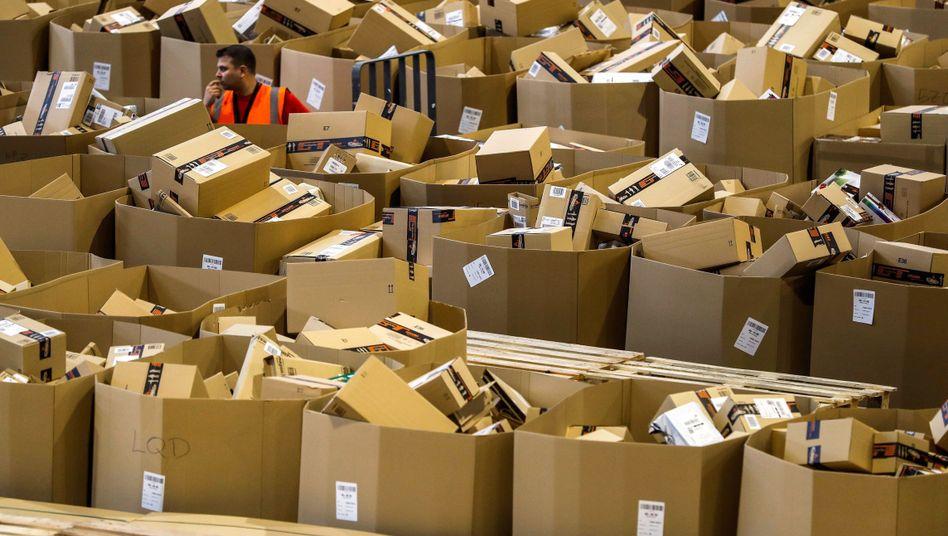 Amazon-Beschäftigter im Black-Friday-Päckchenwust