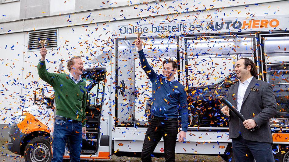 Gelungenes Zahlenspiel: Der Berliner Online-Gebrauchtwagenhändler Auto1 Group nimmt bei seinem Börsengang 1,8 Milliarden Euro ein, die Gründer Christian Bertermann (Mitte) und Hakan Koç (rechts) werden zu Milliardären. CFO Markus Boser (links) freut sich mit