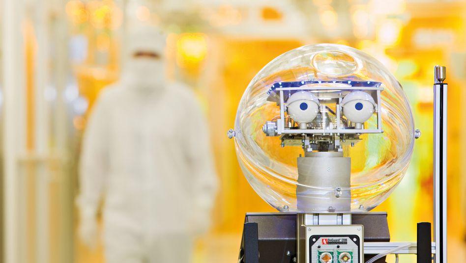 Produktion bei Infineon: Roboter Amor 3 im Reinraum im Einsatz