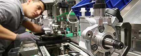 Präzisionsarbeit: Ein Mitarbeiter des Automobilzulieferers Bosch fertigt Dieseleinspritzpumpen der neuesten Generation. Die deutsche Zulieferindustrie muss sich noch stärker auf fortschrittliche, hochtechnologische Produkte spezialisieren, sagen Experten.