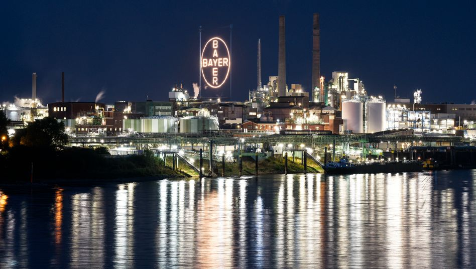 Wie dunkel ist die Zukunft? Bayer-Fabrik am Rhein.