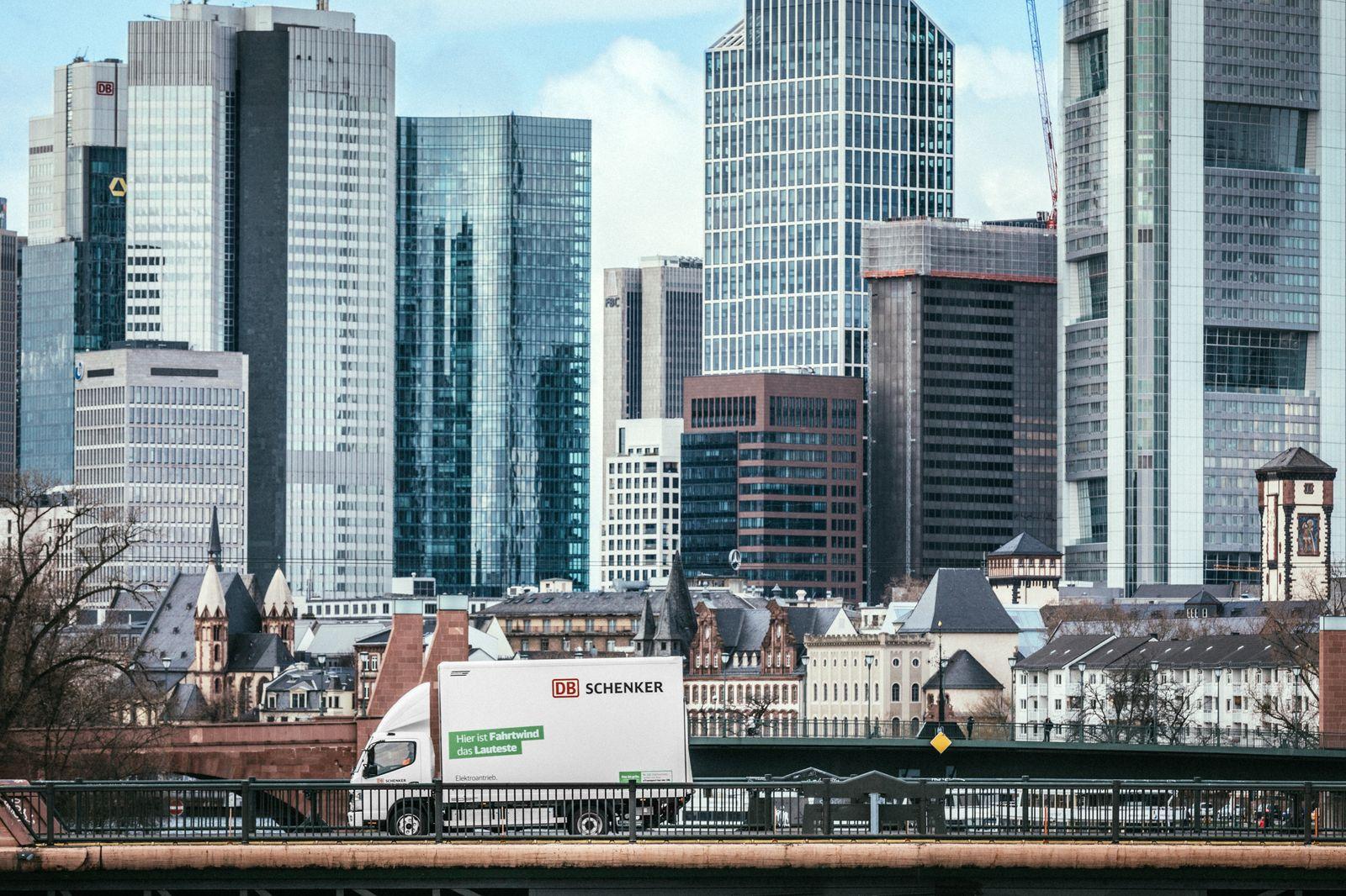 DB Schenker und FUSO vertiefen Zusammenarbeit bei E-Lkw DB Schenker and FUSO expand partnership for electric trucks
