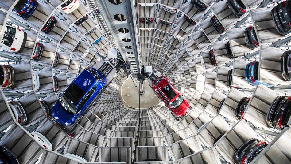 VW-Auslieferungsturm in Wolfsburg: Der drohende Handelskrieg mit den USA dämpft nicht nur in der Auto- und Maschinenbaubranche die Stimmung. Der Ifo-Index ist auf den tiefsten Stand seit 12 Monaten gefallen