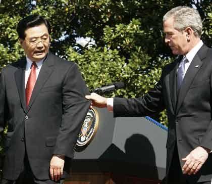 Fragile Partnerschaft: Wie lange werden die Chinesen noch überbewertete US-Dollar kaufen? Chinas Staatschef Hu Jintao im April mit George W. Bush in Washington.