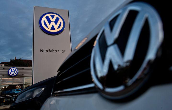 VW-Wagen vor einem Autohaus: Die Händler müssen nun eine weitere VW-Schummelei erklären