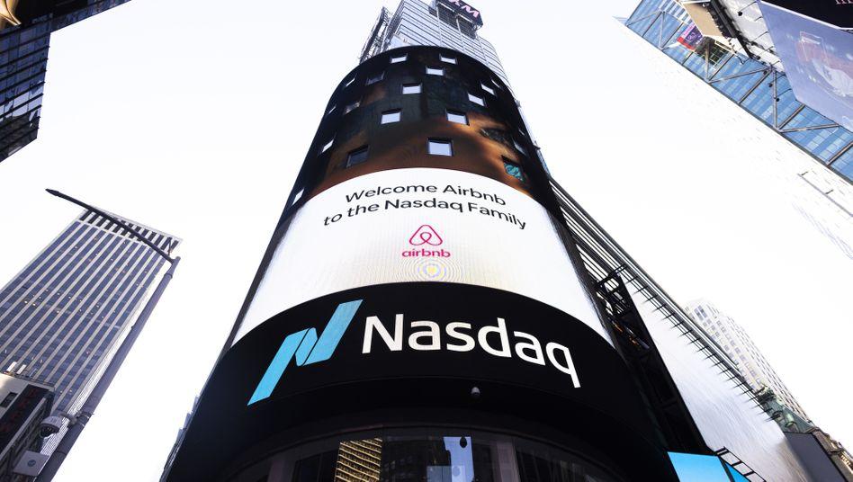 Hoch hinaus: Werbung der Technologiebörse Nasdaq zum Börsengang von Airbnb am New Yorker Times Square am 10. Dezember