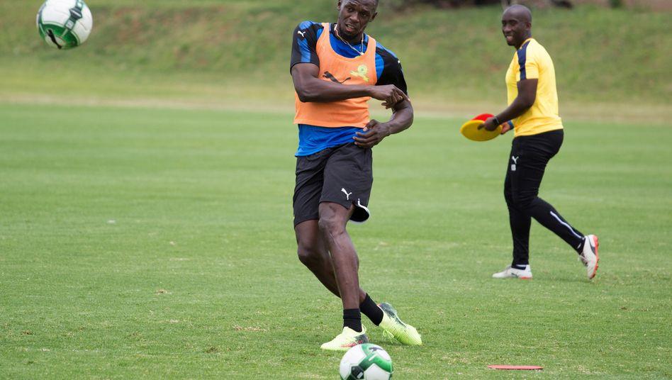 Wieviel kann er am Ball? Usain Bolt beendete im August 2017 seine Karriere als Athlet - und will jetzt ganz offensichtlich eine zweite als Fußballer beginnen
