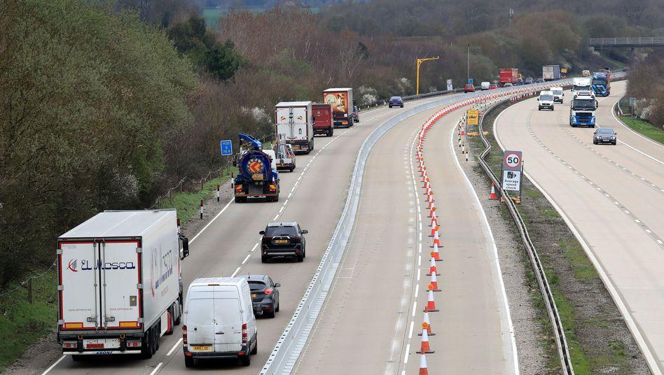 Brexit-Übung auf der Autobahn M20 bei Ashford in Richtung London: Was tun, wenn am Hafen von Dover nichts mehr vorangeht?
