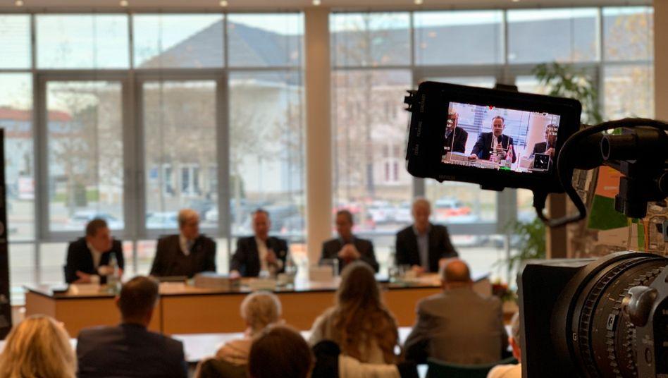 Microvast-Europachef Sascha Kelterborn (im Bildschirm-Visier) bei der Pressekonferenz zum Bau des Werks in Ludwigsfelde