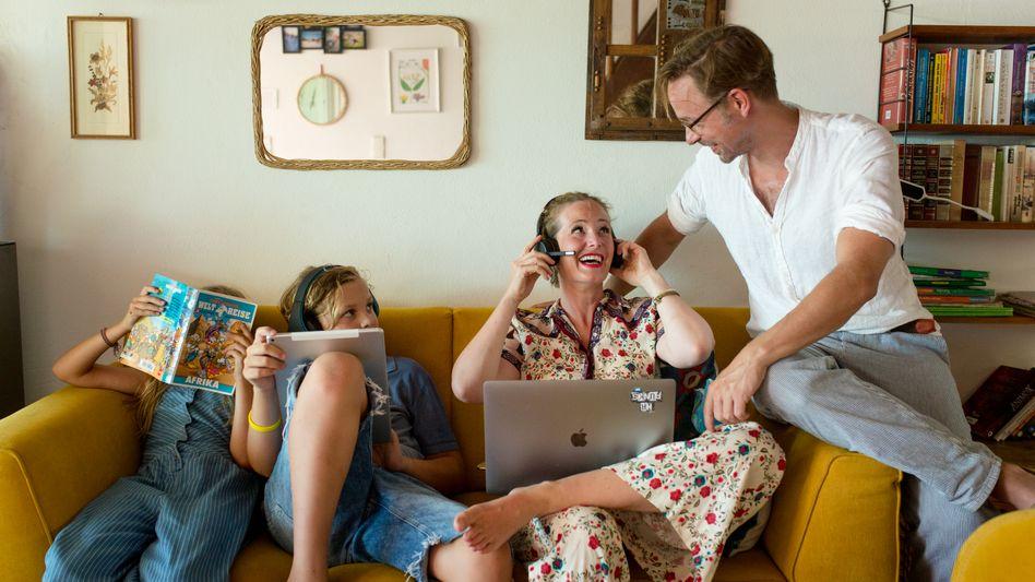 Family Office: Bei SAP-Managerin Nina Straßner aus Kiel und ihrem Mann Fabian, ein Rechtsanwalt, fließen Auszeit und Arbeitsleben oft ineinander. Seit sie aber häufig nach Walldorf fährt, übernimmt er mehr Aufgaben zu Hause, vor allem die beiden Kinder.