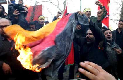 Proteste in Teheran: Fanatiker griffen die österreichische Botschaft an und verbrannten eine deutsche Flagge